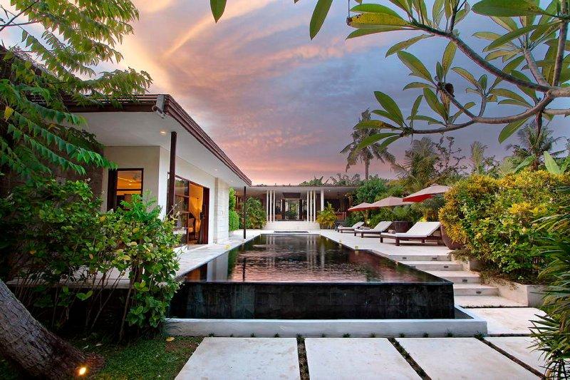 Villa Mona, Modern Elegant 5 Bedroom sophisticated for groups and families, location de vacances à Kerobokan
