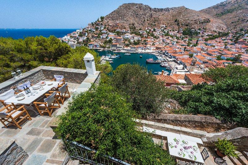 Deux terrasses avec vue panoramique sur la mer, le port et les montagnes.