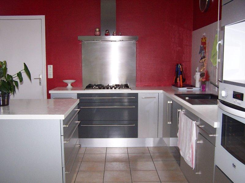 cozinha com fogão, máquina de lavar louça, fogão, geladeira, microondas, máquina de café totalmente equipada ..