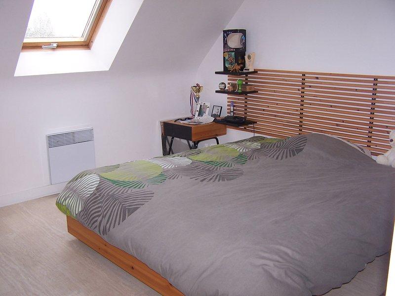 Grande quarto com cama de casal 2 pessoas e conveniente