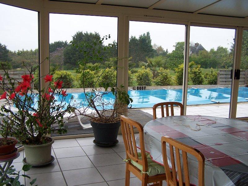 Veranda - área de jantar, com vista para a piscina