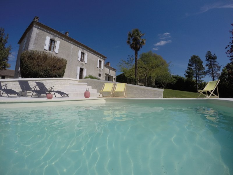 Beautiful Country House on 7ha with private heated pool and lake, sleeps 10, holiday rental in Montmoreau-Saint-Cybard