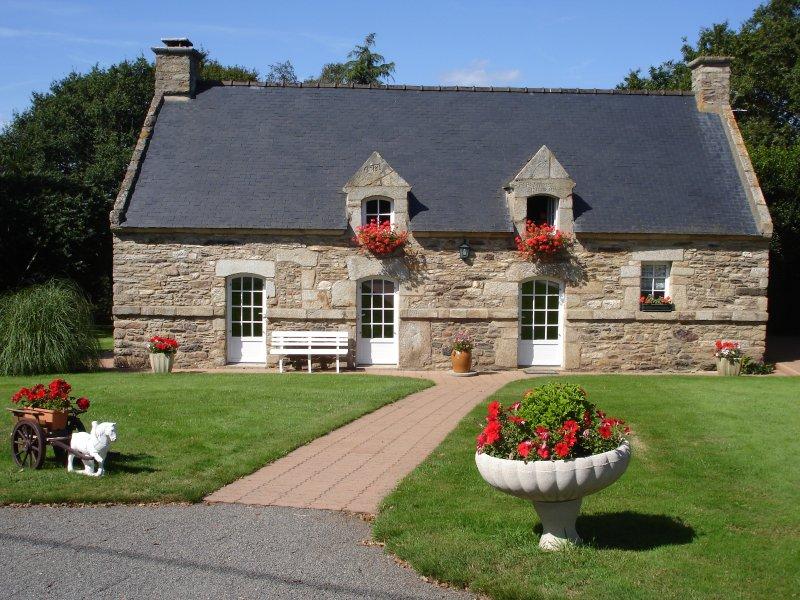 Maison de caractère de 1781 - Rénovée sur 10000m² tout cloturé, location de vacances à Questembert