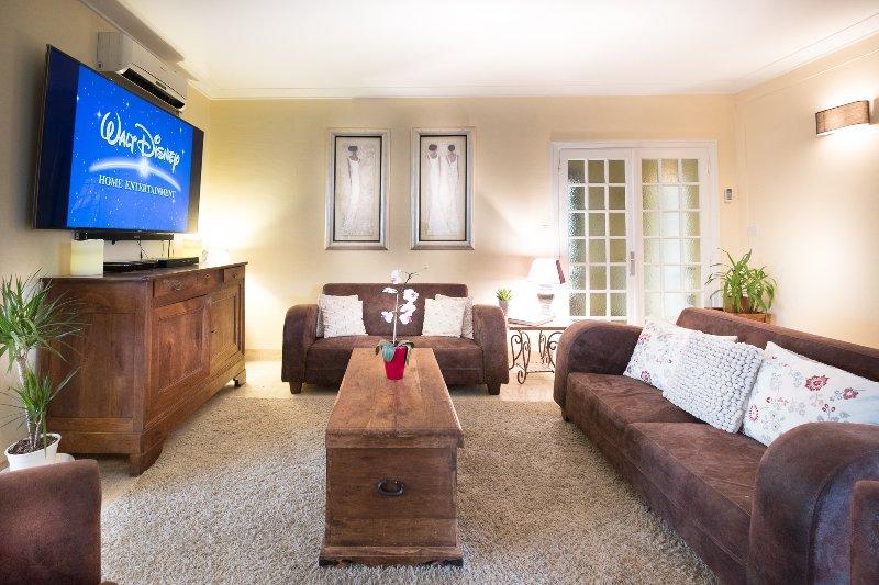 salon famille climatisée avec 75inch Samsung Smart TV, Wifi, Wii et Xbox console