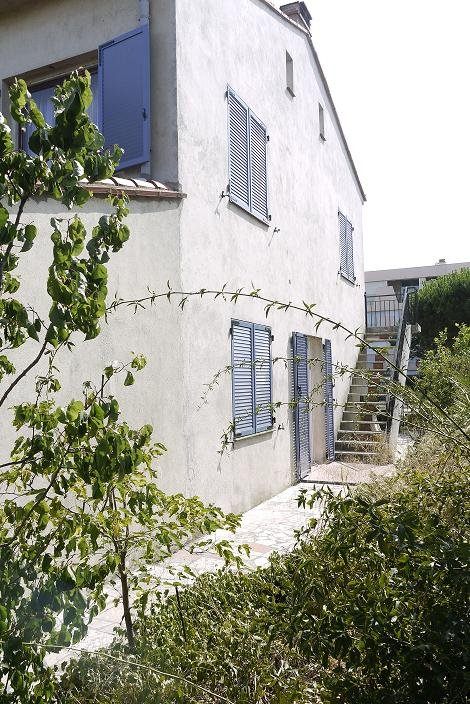 Front and side access to the apartment