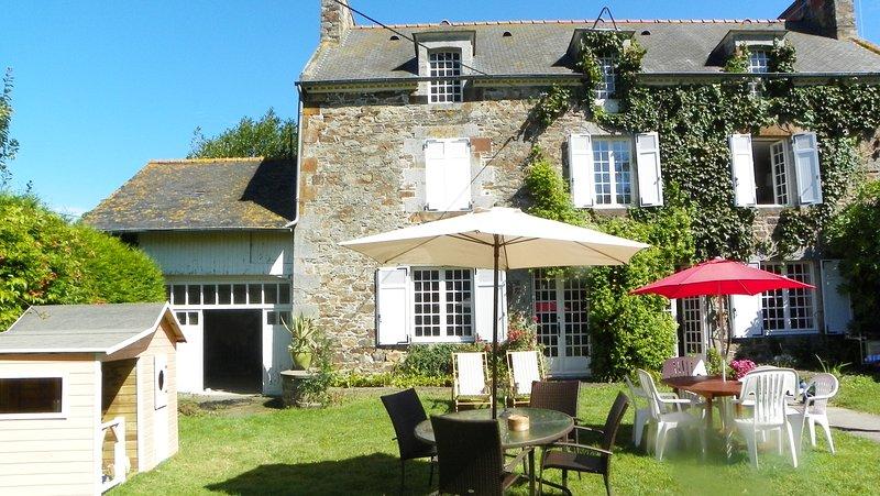 Charmante maison à la campagne avec grand jardin, casa vacanza a Hirel