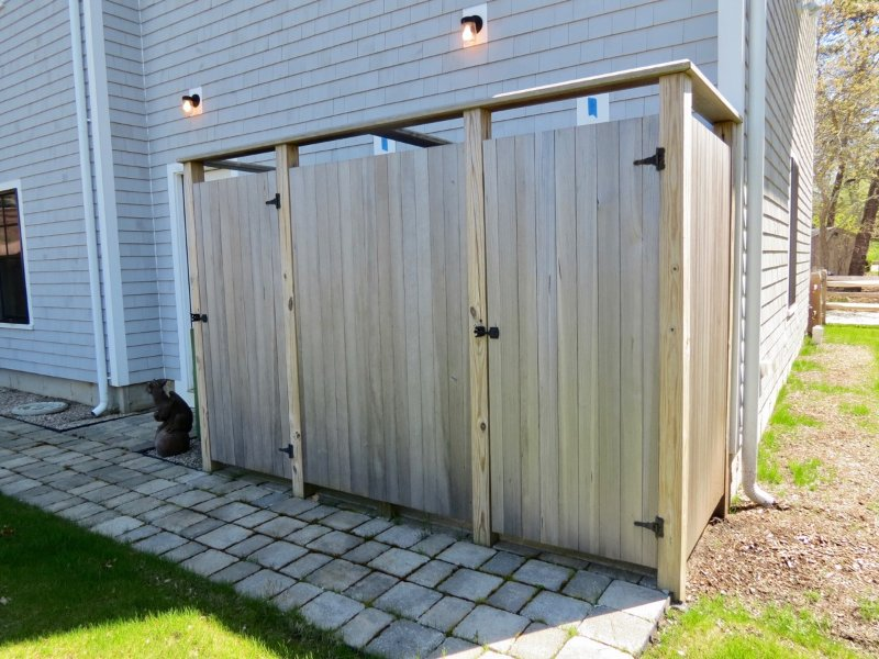 Double outdoor shower, no waiting!
