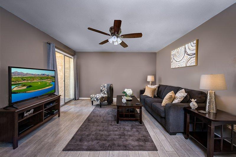 """Sala de estar com tela plana 49"""" Smart TV, sofá-cama queen size"""