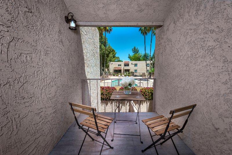 Pátio de da sala de estar com vista para a piscina