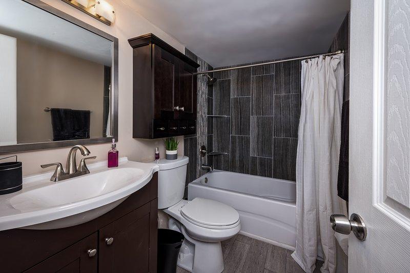 Banheiro atualizado com banheira / chuveiro
