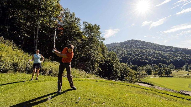 ¡Disfruta de una ronda en el cercano campo de golf Raven!
