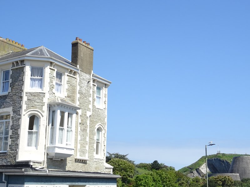 Gull Rock, - sleeps 4 - Close to Tunnels Beaches & Harbour with Parking, Ferienwohnung in Ilfracombe