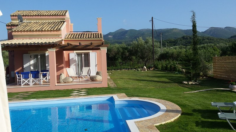 el lado derecho y parte de la terraza y la piscina