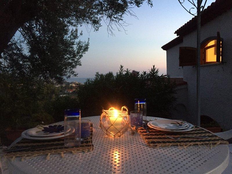 Diners bij kaarslicht op het terras van de zolder Maria