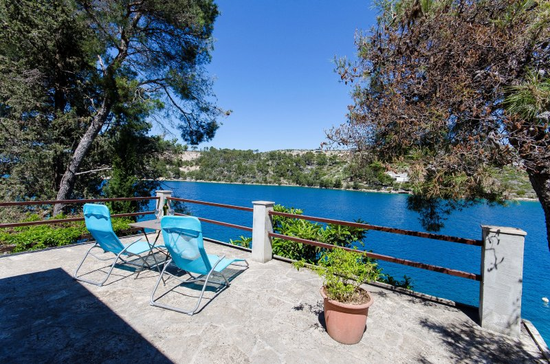 Seafront house with big 750 m2 garden and private mooring, holiday rental in Lozisce