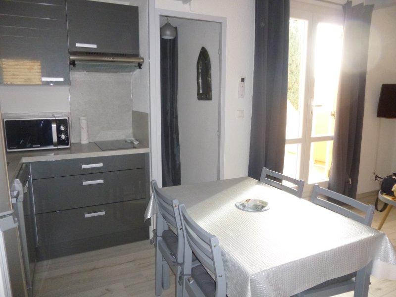 Studio mezzanine, climatisé, proche mer, Cap d'Agde, alquiler vacacional en Cap-d'Agde