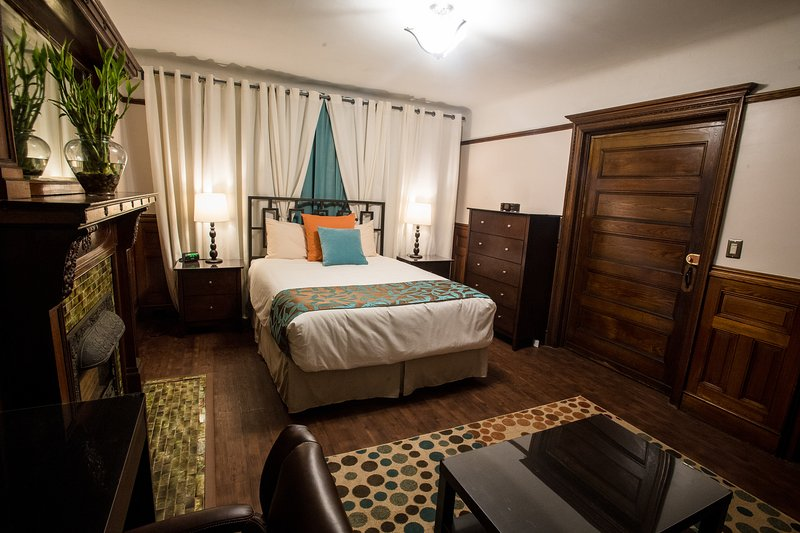 Luxurious Guestroom with Private Bathroom and entrance, casa vacanza a Snyder Square