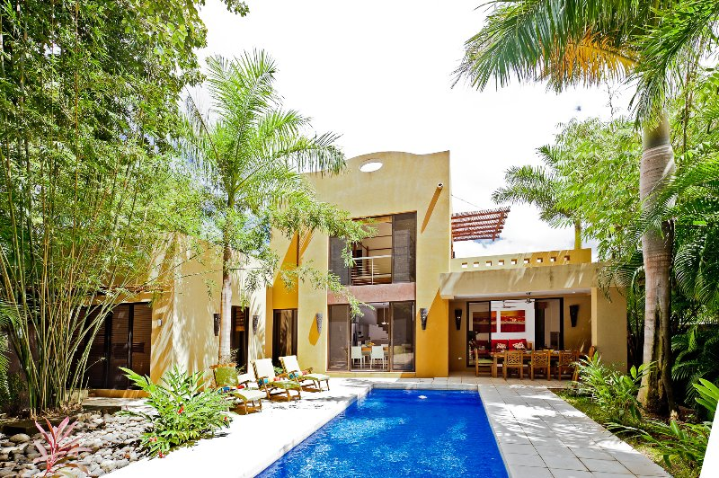 Casa Barcelona, 3 BR, private pool, outdoor dining, Terrace & balcony (Sleeps 9), vacation rental in Tamarindo