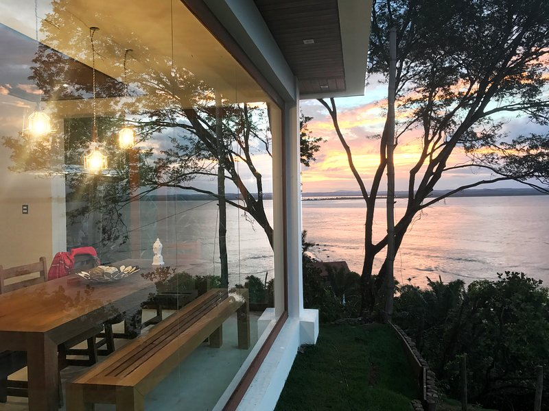 Excellent house with incredible ocean view and sunsets., location de vacances à Guaibim