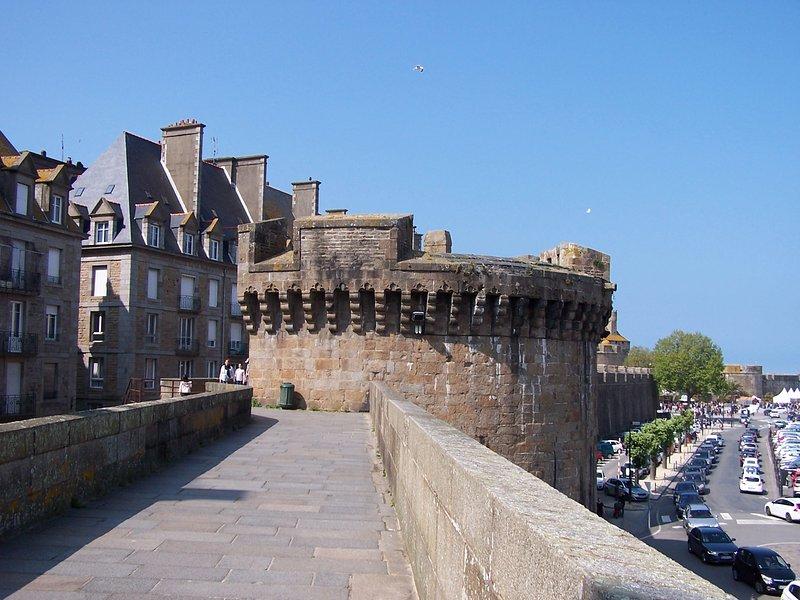 Andar sobre as muralhas de Saint Malo, a 30 minutos de casa