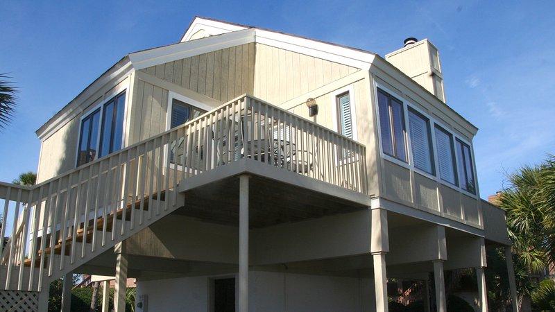 Esta casa é atualizado, bem decorado, piscina bairro, curta caminhada da praia.