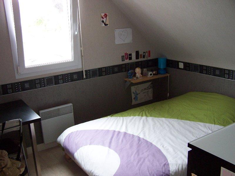 Quarto com cama 2 pessoas, mesa e cômoda