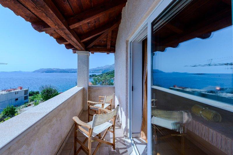 El dormitorio principal con vistas al mar balcón