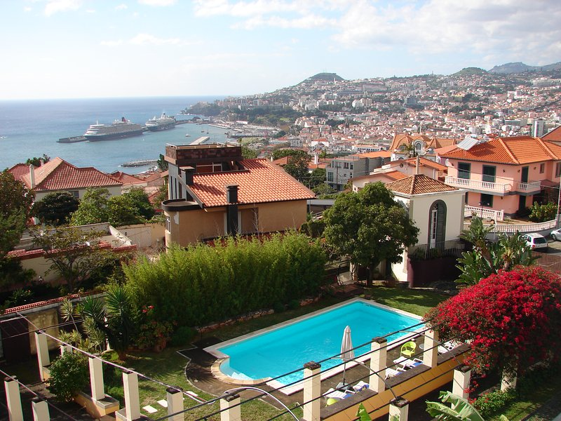 TOP FLOOR in a Quinta with sea view,wifi, above the Old Town, walk to the center, Ferienwohnung in Funchal