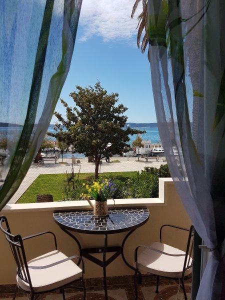 Apartment Dujic, near the sea, 4+2, Kastela , Kastel Kambelovac, vacation rental in Kastel Kambelovac