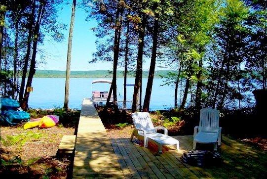 façade sur le lac privé. Accueil est livré avec l'utilisation libre de bateau ponton, kayaks, quai de bateau et d'un foyer.
