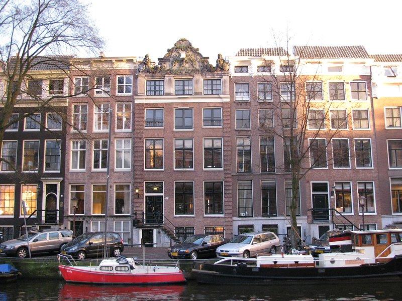 Le dernier étage est à l'étage supérieur des deux maisons de canal adjacents dans le centre de cette image.