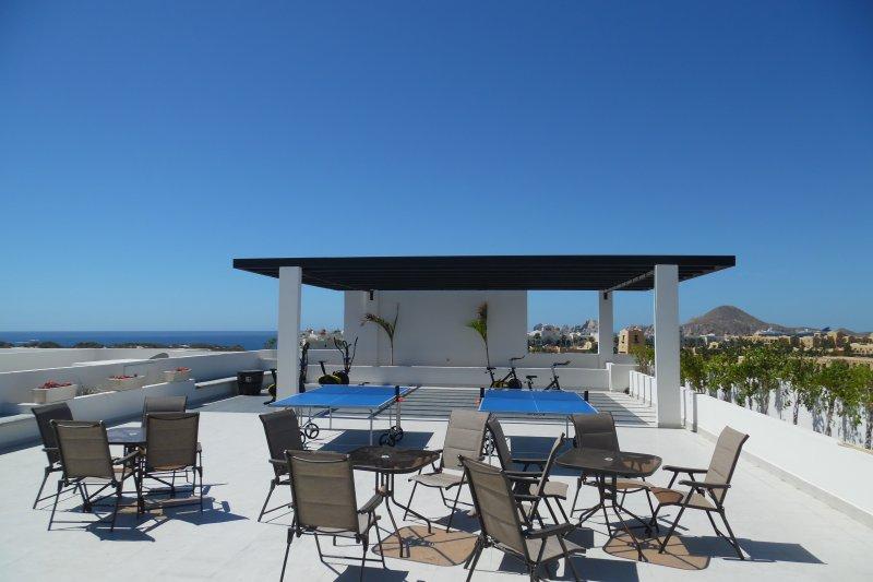 Cadeiras e mesas para relaxar no topo do telhado