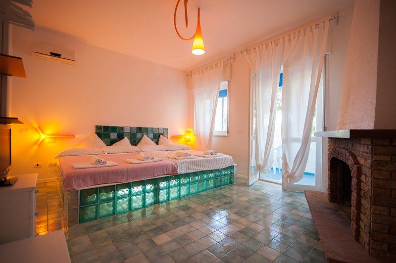 300 mare in Villa con Parco- Bilocale con terrazza -Climatizzato-Tv-WiFi- Brunch, vacation rental in Cassibile