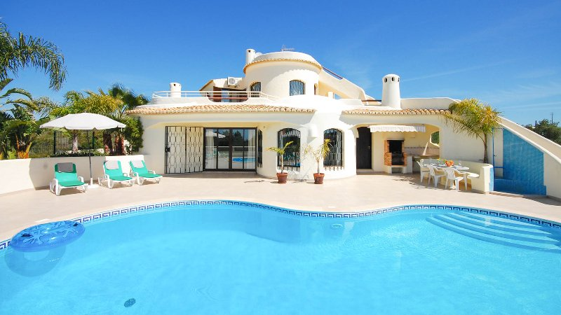 MENA Cosy & tastefuly furnished south facing villa w/ private pool, AC,free WiFi, aluguéis de temporada em Guia