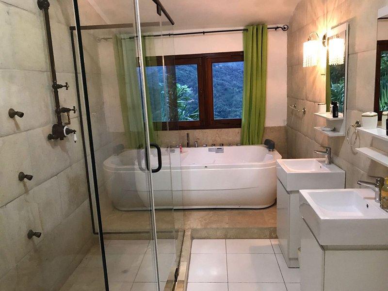 La bañera de hidromasaje con una vista increíble! Una vez que se obtiene en que no va a querer salir. ¡Paraíso!