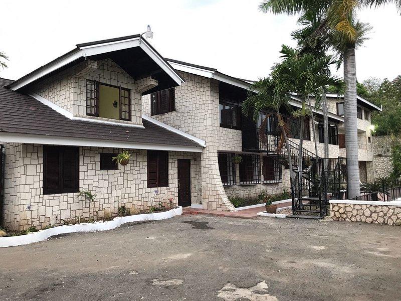 La propiedad cuenta con 2 unidades, una casa principal y la casa urbana / chalet (donde se alojará).