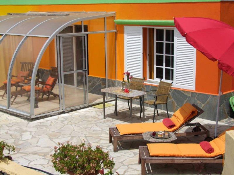 cadeiras de terraço e guarda-chuva e jardim de inverno oeste