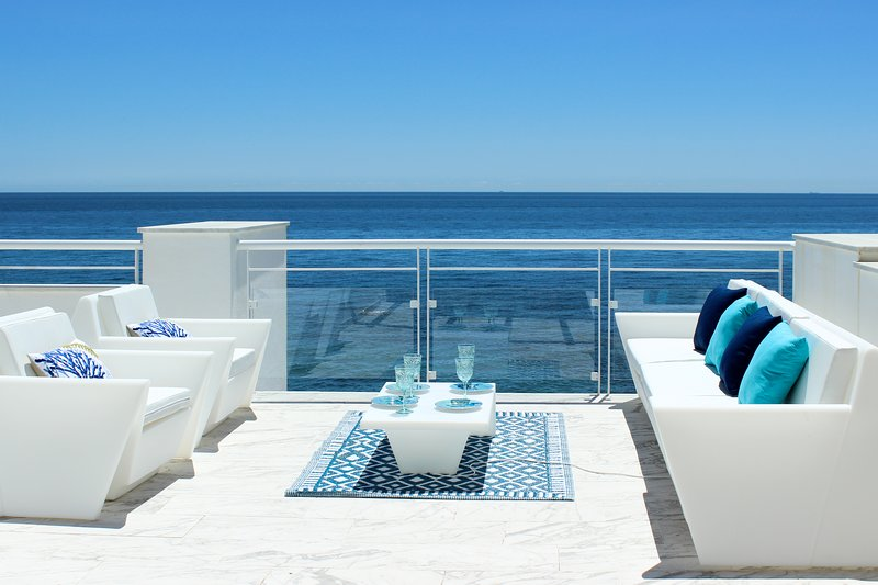 1939 - 2 bedroom beach front penthouse, Casares del Mar, Casares, Estepona – semesterbostad i Casares
