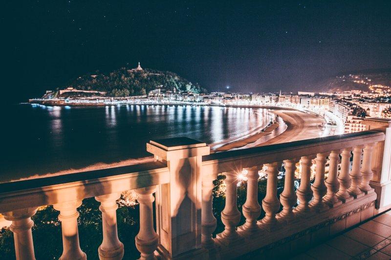 Vistas desde el balcón piso de arriba en la noche