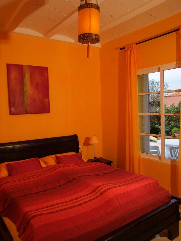 quente, quarto laranja, 160x200 cama com colchões diferentes de dureza todos orgânicos .....