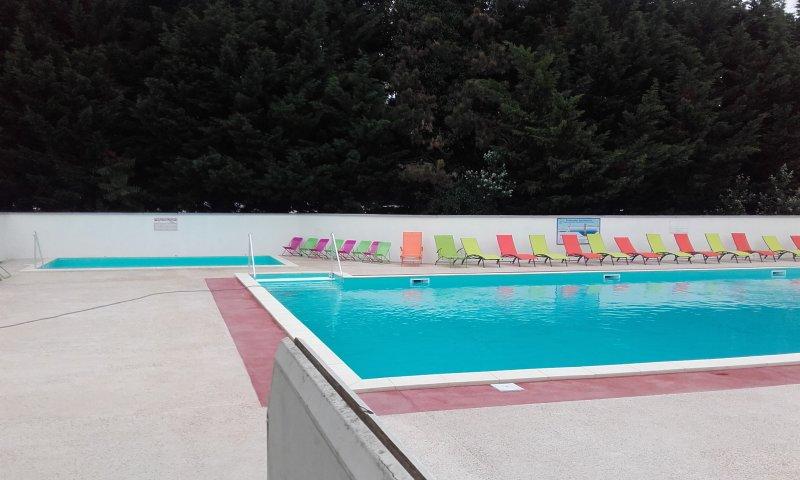 piscina de camping con una pequeña piscina para los niños