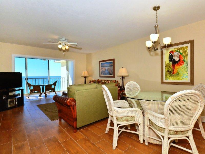 Amplia sala de estar con vista a Lanai, la playa y las aguas azules del Golfo de México ... gran HDTV, estéreo y más ...
