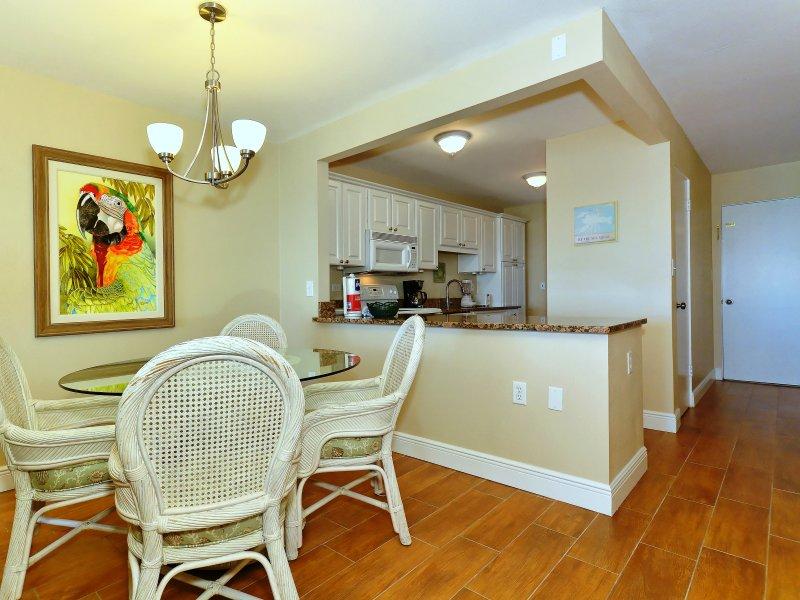 El comedor está justo al lado de la cocina con capacidad para cuatro