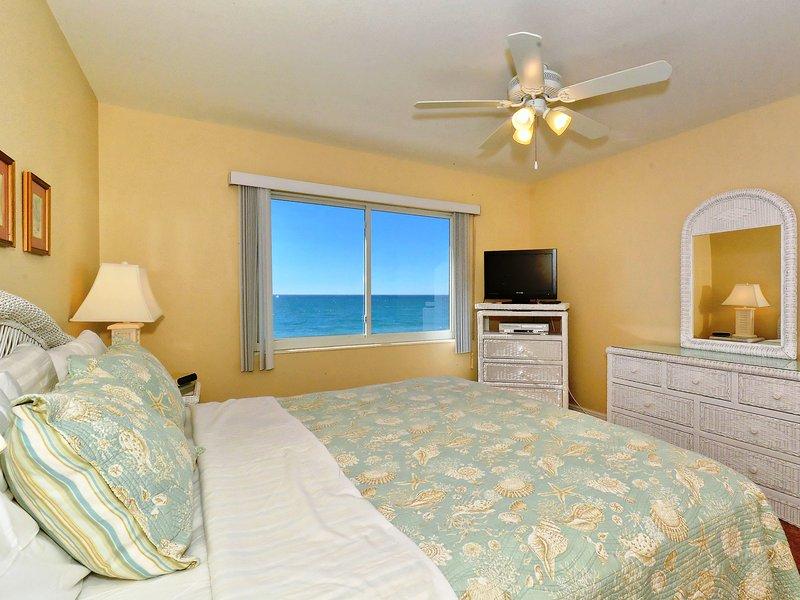 Dormitorio principal con cama king-size, HDTV, gran ventanal con vista a la playa y al golfo, walk-in closet