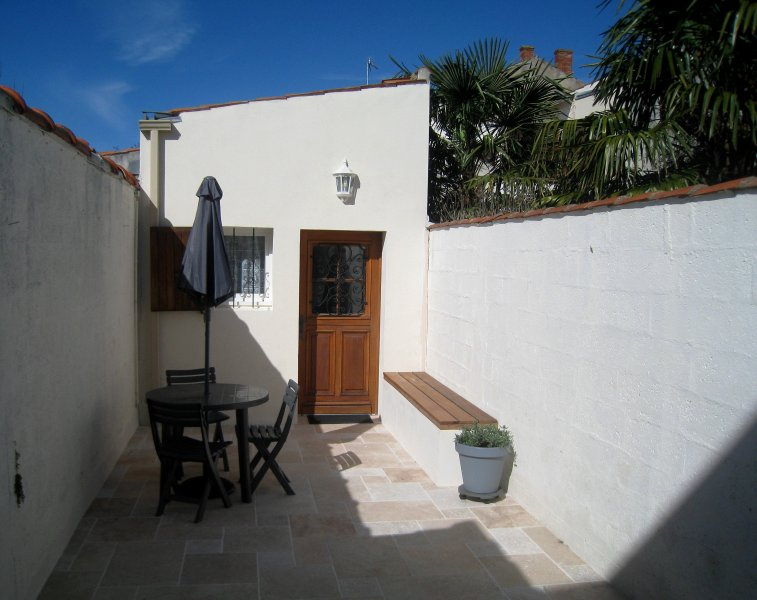 Entrance terrace with bench and first garden furniture