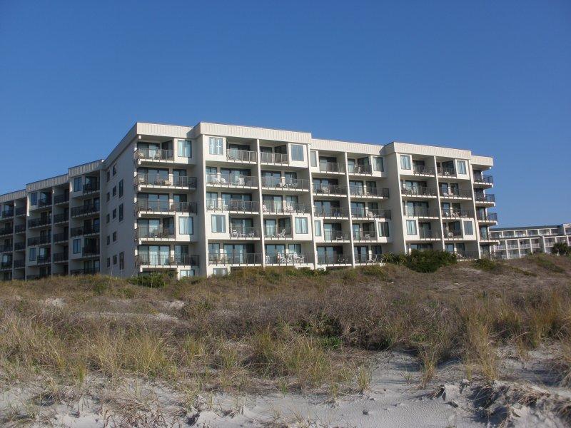 Sandpiper Ejecutar un edificio, como se ve desde la playa