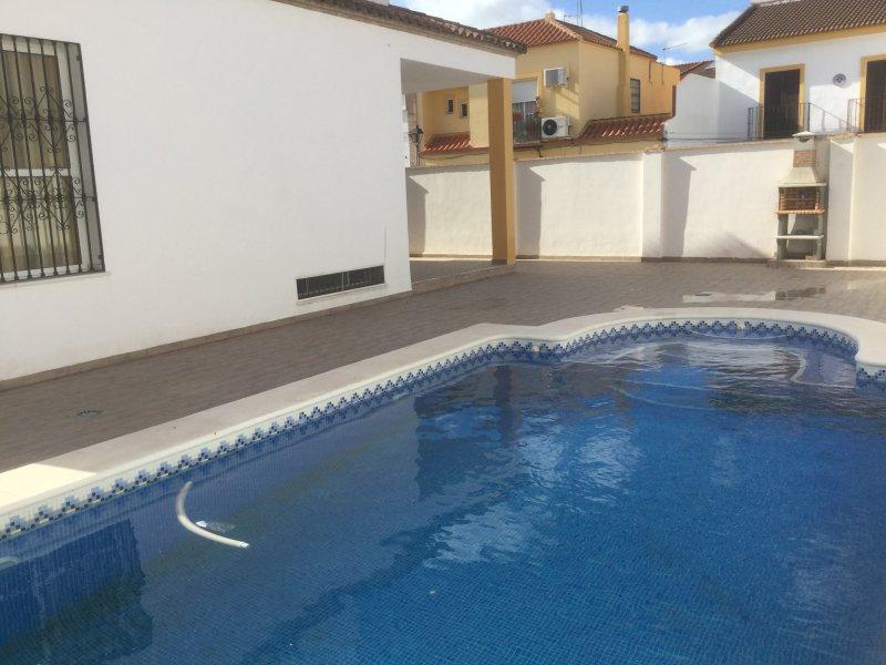 Amazing villa with swimming-pool, alquiler de vacaciones en Sanlúcar la Mayor