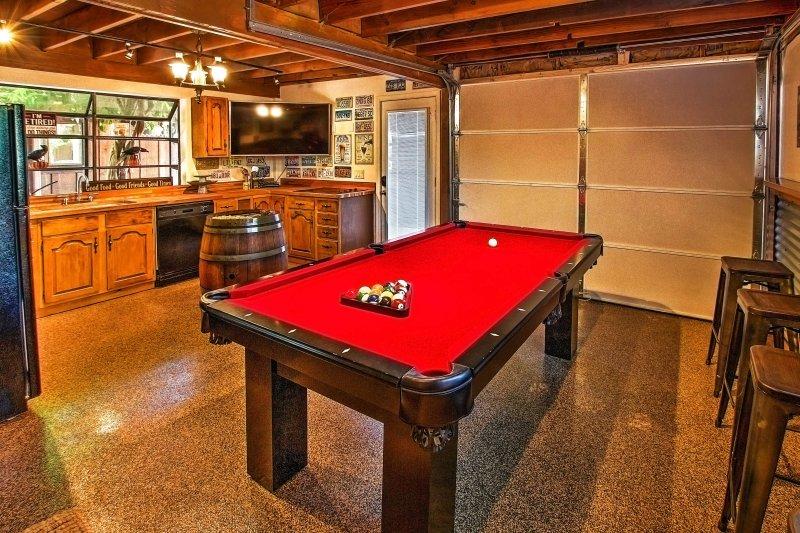 Esta increíble propiedad cuenta con una casita patio trasero equipado con una mesa de billar y otras actividades llenas de diversión.