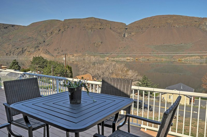 Enjoy incredible cliff views when you stay at this 3-bedroom, 2-bathroom vacation rental home in Coulee City!