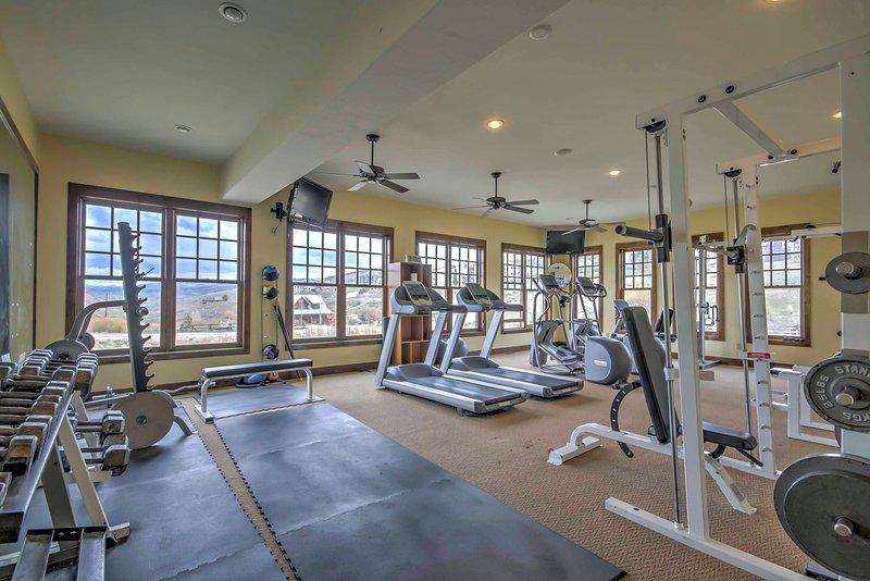 Il lavoro fuori alcuni vapore nel centro fitness.